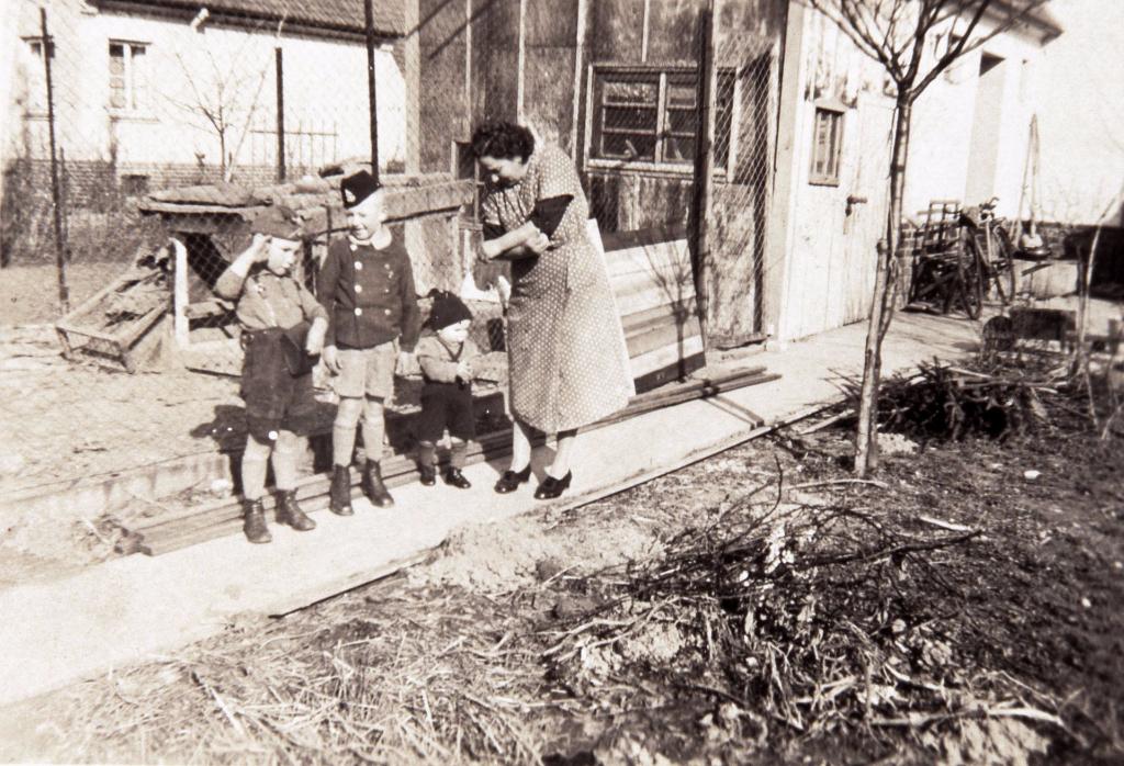Auch die Ertrage aus der Kleinviehzucht halfen, den täglichen Speiseplan in den Kriegsjahren und Nachkriegsjahren zu verbessern. (Tolle)