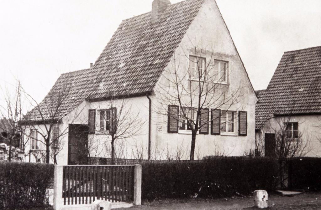 Der Krieg war vorbei. Am Ginsterbusch gab es immer noch keine befestigte Strasse. Die Betonsteine, die im Krieg als Splitterschutz dienten, wurden nun Fußwegbegrenzung... (Weber 1947/48)