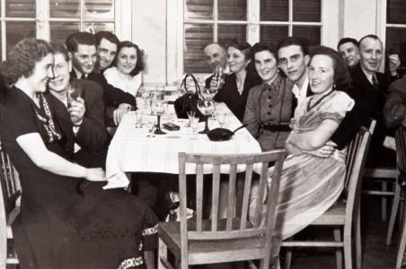 Schon kurz nach dem Krieg wurden die Aktivitäten der Siedlergemeinschaft neben Düngerbestellungen und Materialbeschaffung auf gesellige Veranstaltungen ausgedehnt...  (Weber)