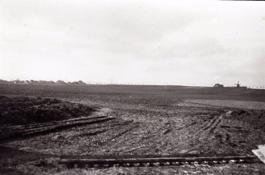 Es begann mit unserer Siedlung in Oberricklingen ca. 1939. Das Bild zeigt den Blick über freie Äcker nach Westen in Richtung Wettbergen, zur Wettberger Mühle und zur Hamelner Chaussee -  heute die B217   (Heitefuß)