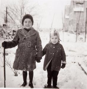 Die Kinder von vorgestern wurden die Eltern von gestern und sind die Grosseltern von heute... (Heim 1947)
