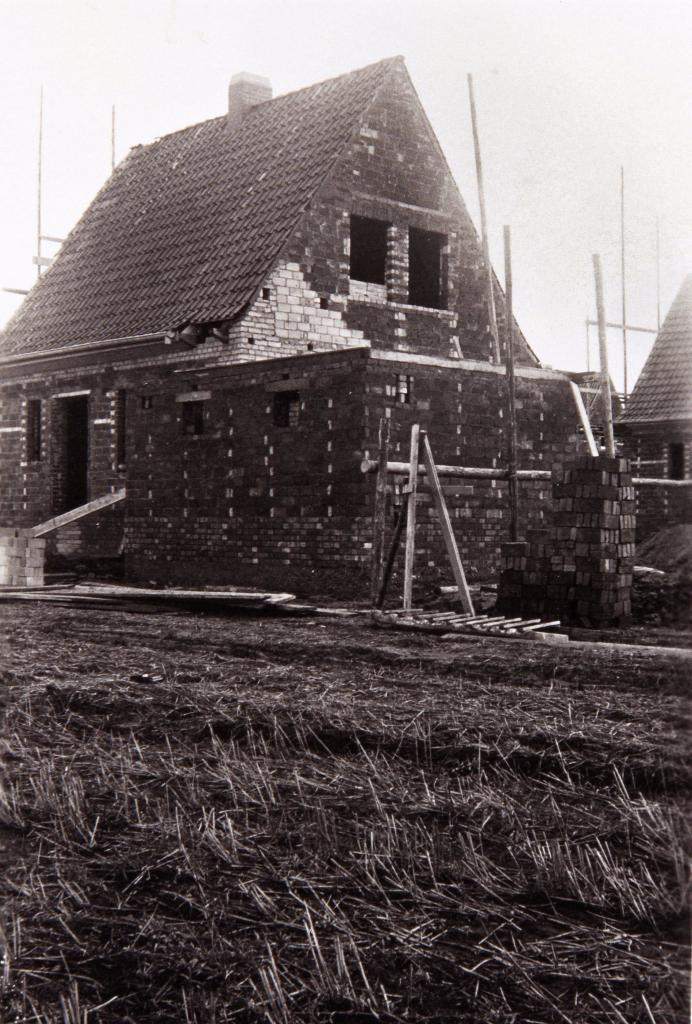 Es entstanden auf den Feldern bis 1938, wie hier am Haselbusch 13 auch am Holunder weitere 13 Siedlungshäuser... (Heitefuß)