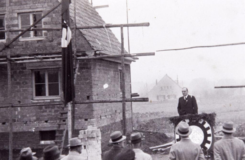 """Zur Übergabe der ersten Häuser war die """"Partei"""" mit dabei... (Remmert)"""